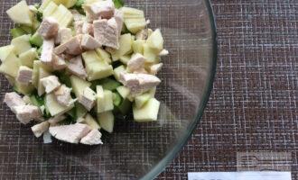 Шаг 5: Нарежьте яблоко и куриное филе. Добавьте заправку и перемешайте.