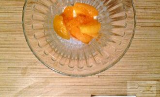 Шаг 4: Выложите в креманку творог, затем абрикосы.