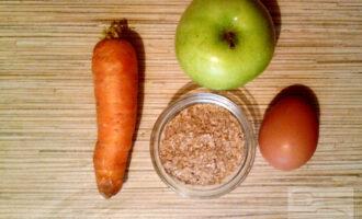 Шаг 1: Приготовьте ингредиенты по списку. Помойте яблоко и морковь.