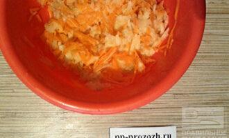 Шаг 3: Яблоко и очищенную морковь натрите на терке и выложите в миску с яйцом.