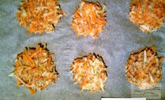 Шаг 5: Из полученной массы сформируйте оладушки в виде лепешек. Выложите их на противень, застеленный пергаментом и запекайте в разогретой до 180 градусов духовке 30 минут (ориентируйтесь по своей духовке).