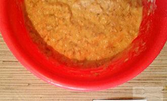 Шаг 3: Влейте кефир и яйца, перемешайте.