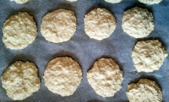 Шаг 4: Лимон нарежьте, измельчите в блендере вместе с кожурой (можно использовать только цедру, без кожуры), добавьте в тесто и перемешайте. Сформируйте печенье в виде лепешек, выложите их на противень, застеленный пергаментом. Выпекайте при 200 градусах 15 минут до румяности.