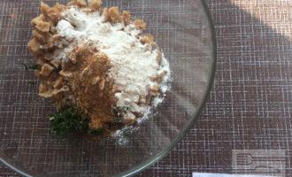 Шаг 4: Смешайте соевые кусочки с мукой, приправами, овощами и зеленью. Посолите по вкусу. Сформируйте котлеты.