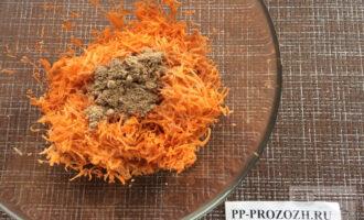 Шаг 2: Натрите морковь на мелкой терке. Смешайте с льняной мукой.