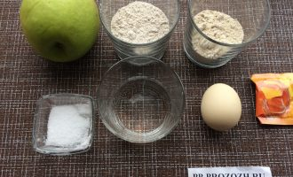 Шаг 1: Приготовьте ингредиенты. Вымойте яблоко и яйцо.