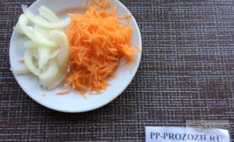Шаг 3: Натрите на терке морковь, лук нарежьте полукольцами.