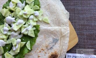 Шаг 5: Выложите на лаваш листья салата, затем ломтики огурца.