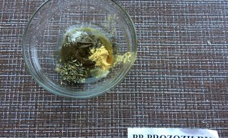 Шаг 4: Выдавите лимонный сок и добавьте оливковое масло. Тщательно перемешайте.
