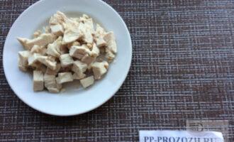 Шаг 4: Куриное филе нарежьте кубиками.