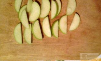 Шаг 4: Яблоко порежьте на дольки.