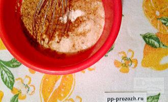 Шаг 2: Смешайте кефир с клетчаткой, разрыхлителем, корицей и содой.