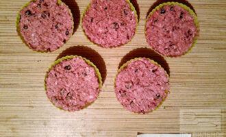 Шаг 4: Полученную массу разлейте по силиконовым формочкам для кексов и уберите в холодильник на час.