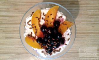 Шаг 6: Продолжайте выкладывать все ингредиенты слоями. Сверху украсьте кусочками абрикосов,ягодами и семенами льна. Десерт готов!