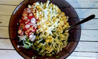Шаг 5: Удобным для Вас способом нарежьте редис. Мелко нарубите яйца. Всё вместе добавьте к овощам и зелени.