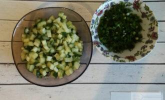 Шаг 3: Нарежьте кубиками огурцы. Мелко нашинкуйте зелёный лук и укроп.