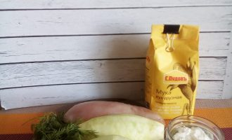 Шаг 1: Подготовьте необходимые ингредиенты. Курицу, зелень и кабачки промойте, просушите. Кабачки почистите.