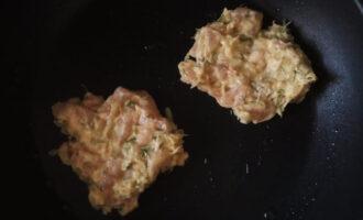 Шаг 5: На предварительно раскалённую сковороду выкладывайте массу ложкой, формируя оладьи.