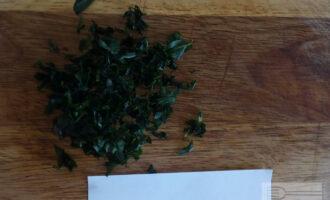 Шаг 3: Листья мяты отделите от стебля. Мелко нарежьте.