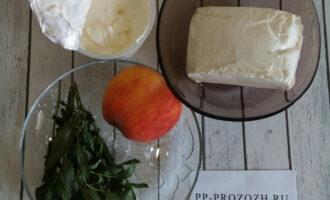 Шаг 1: Подготовьте необходимые ингредиенты. Мяту и персик помойте. Просушите.