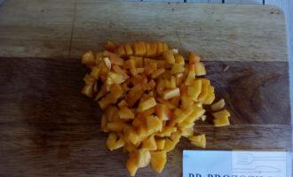 Шаг 2: Очистите персик от кожуры. Извлеките косточку. Мелко нарежьте.