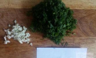Шаг 5: Измельчите чеснок. Мелко нарубите зелень.