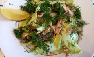 Шаг 6: Посыпьте зеленью и салат готов! Приступайте пробовать!