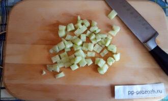 Шаг 4: Огурец нарежьте кубиком, достаточно крупным.