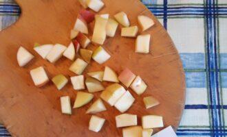 Шаг 5: Яблоко очистите и нарежьте небольшими кубиками.