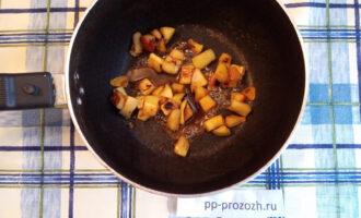 Шаг 7: Добавьте к жареным яблокам мед и корицу.