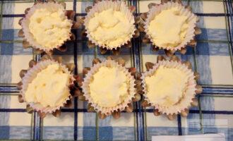 Шаг 6: Возьмите формочки для кекса, в них Вы будете запекать Ваши сырники, чтобы они не растекались. Наполните формочки творожной массой и отправьте в разогретую до 180 градусов духовку.