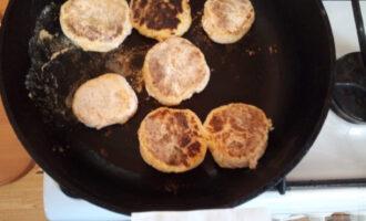 Шаг 7: Обжарьте немного на сухой сковороде, чтобы сырники приобрели форму.