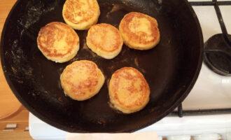 Шаг 5: Сформируйте сырники и пожарьте на сковороде.