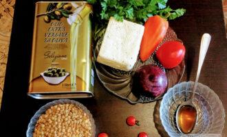 Шаг 1: Подготовьте ингредиенты: чечевицу 100 гр., тофу 100гр., сладкий перец 1 шт., помидоры 2 шт.,  лук красный 1 шт., петрушку, соус соевый 1 ст.л., оливковое масло 1 ст.л.