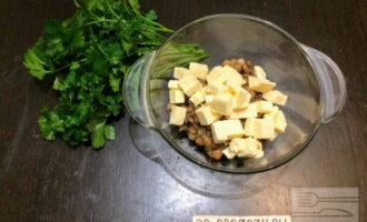 Шаг 4: Сыр Тофу порежьте кубиками и добавьте в салат.