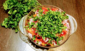 Шаг 8: Зелень мелко порубите и добавьте к овощам.