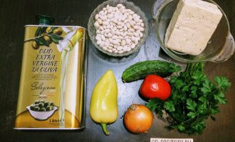 Шаг 1: Подготовьте ингредиенты: фасоль, помидоры, огурцы свежие, перец болгарский, лук репчатый, тофу, масло оливковое, зелень, перец чёрный молотый, соль.
