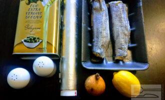 Шаг 1: Для приготовления блюда возьмите:  рыбу Хек, лимон, репчатый лук, оливковое масло, соль и молотый черный перец.