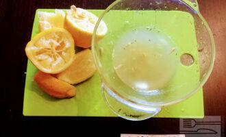 Шаг 4: Лимоны порежьте пополам и выдавите сок в глубокую миску.