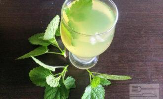 Шаг 6: В остуженную воду с мятой и эстрагоном добавьте лимонный сок с кленовым сиропом. Перемешайте и перелейте через мелкое сито в графин. Подавайте со льдом.