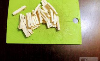 Шаг 5: Сыр Тофу порежьте соломкой и обжарьте на оливковом масле до золотистой корочки.