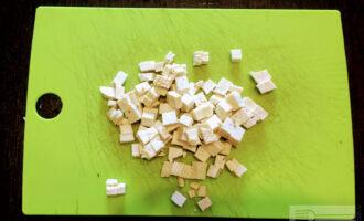 Шаг 4: Сыр порежьте кубиками.