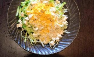 Шаг 6: Посолите, посыпьте кунжутом, куркумой и полейте оливковым маслом.