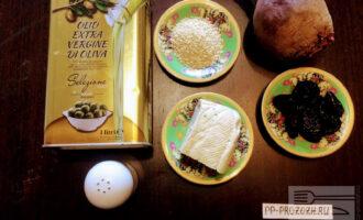 Шаг 1: Для приготовления салата возьмите: свеклу, сыр Тофу, белый кунжут, чернослив, оливковое масло и соль.