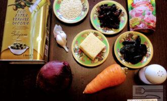 Шаг 1: Для приготовления салата возьмите: свеклу, морковь, изюм, чернослив, кунжут, чеснок, оливковое масло, горчицу, кунжут, соль и сыр.