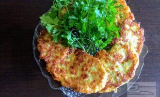 Шаг 7: Жарьте на разогретой сковороде на оливковом масле. Подавать можно с зеленью и овощами.