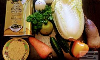 Шаг 1: Для приготовления салата возьмите: свеклу, пекинскую капусту, яблоко, свежий огурец, болгарский перец, морковь, зелень, кунжут, соль, молотый перец и оливковое масло.