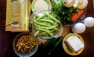 Шаг 1: Для приготовления салата возьмите: шампиньоны, спаржу, зеленый горошек, морковь, свежий огурец, сыр Тофу, лук красный, оливковое масло, соль, молотый черный перец и кунжут.