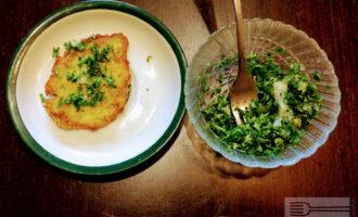 Шаг 7: Готовые оладушки смажьте зеленью с чесноком.