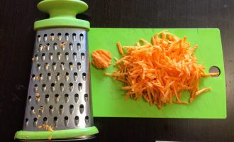 Шаг 3: Морковь очистите и натрите на терке.